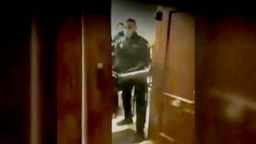 Policías irrumpen en una casa para frenar una fiesta ilegal