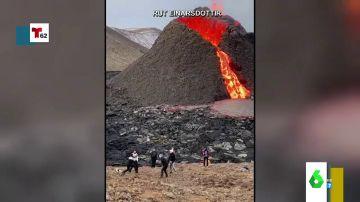 Las impactantes imágenes de un grupo de jóvenes jugando al voleibol frente a un volcán en erupción
