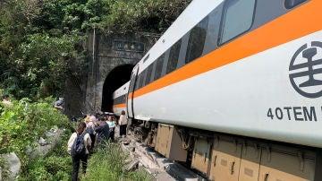 Imagen del tren descarrilado en Taiwán
