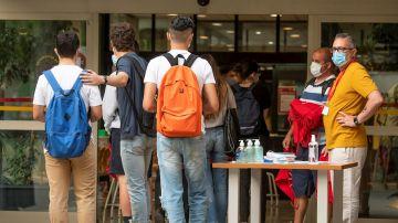 Un grupo de estudiantes a las puertas de la Escuela Técnica Superior de Ingeniería de la Construcción de Sevilla