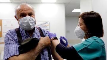 Un hombre recibe la vacuna contra el coronavirus