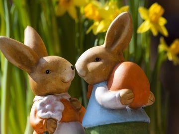 Una figura de dos conejos de Pascua, típicos de la Semana Santa