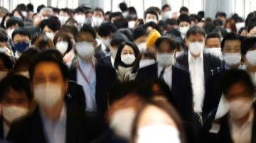Una multitud de personas pasea por Tokio