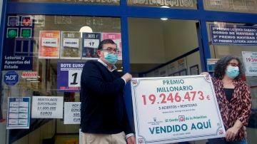 Los dueños de la Administración de Lotería número 3 de Gijón celebran que han vendido el boleto premiado con 19 millones de euros
