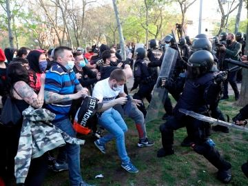 La Policía Nacional ha cargado contra los manifestantes congregados en Vallecas para protestar por el acto de precampaña de Vox