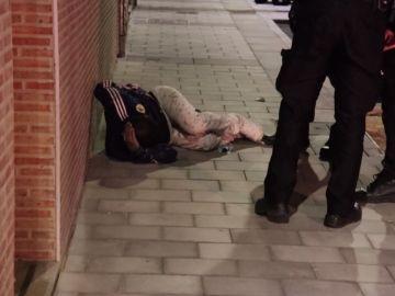 Captura del momento en el que la víctima es atendida por los agentes