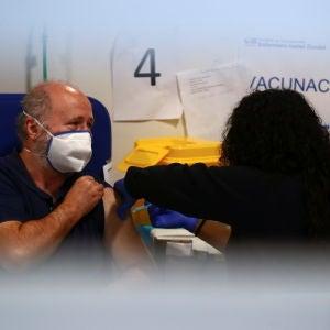 Un hombre recibe la vacuna de AstraZeneca