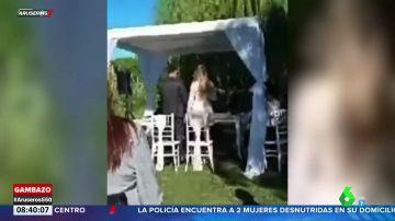 """""""Huevos frescos por 200 pesos"""": el momento en el que un vendedor ambulante irrumpe en una boda"""