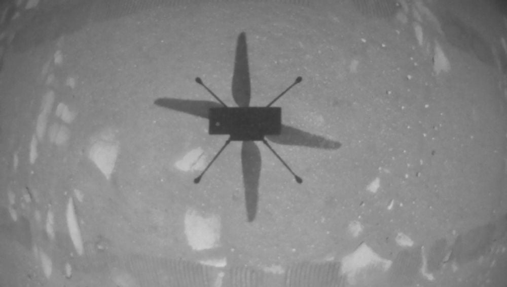 Sombra del Ingenuity, vista desde el propio helicóptero durante el vuelo