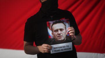Un hombre sostiene una imagen del líder opositor ruso Alexei Navalni en una protesta por su encarcelamiento.
