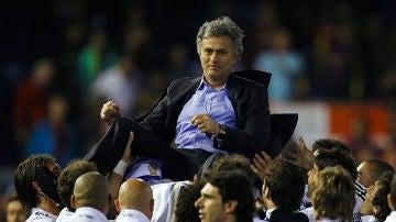 José Mourinho, manteado por sus jugadores tras ganar la Copa del Rey frente al FC Barcelona en 2011