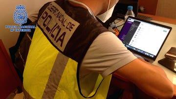 Un agente de la Policía interviene el ordenador de un presunto depredador sexual