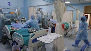 Imagen de pacientes con coronavirus en una UCI de Perú