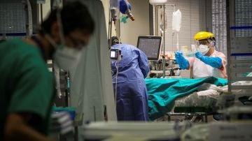 Sanitarios trabajan en la UCI del Hospital de Galdakao