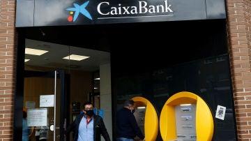 Varias personas operan en una sucursal de Caixabank