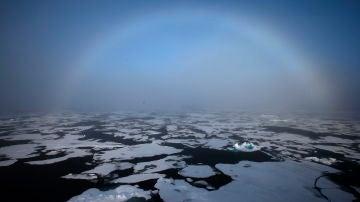 Un arcoiris aparece sobre el Ártico