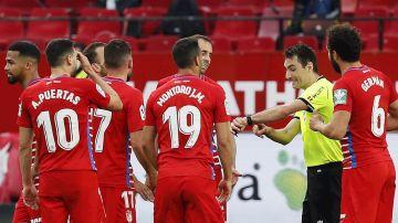 El árbitro se señala el reloj en el Sevilla - Granada