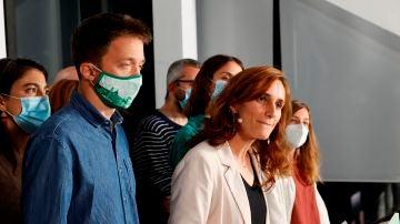 La candidata de Más Madrid en las elecciones a la Comunidad de Madrid, Mónica García, junto al líder de Más País, Íñigo Errejón (i), valora los resultados electorales en la sede del partido en la capital