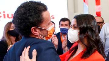 Edmundo Bal, saluda a Inés Arrimadas en la sede de Ciudadanos.
