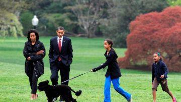La familia Obama junto a su perro Bo en los jardines de la Casa Blanca (Archivo)
