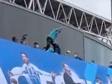 Keidi Bare celebrando el ascenso del Espanyol subido a una repisa de 15 metros