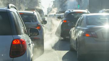 coches echando humo por el tubo de escape