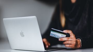 Una persona realiza una compra online