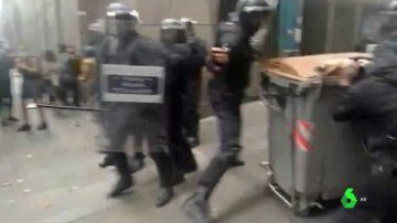 Los mossos cargan contra una concentración que intentaba evitar un desahucio y detienen a cinco personas