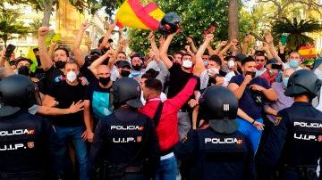 La Policía Nacional ante las protestas en la Plaza de los Reyes de Ceuta contra Vox