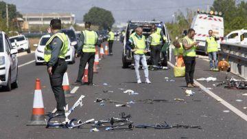 La Guardia Civil inspecciona el lugar del atropello en Oliva