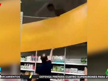 Un hombre ebrio trepa por las estanterías de un supermercado y lo destroza todo a su paso
