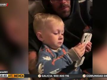 Un niño se emociona al ver el vídeo de la boda de sus padres