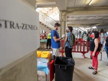 Un enfermero pone la segunda dosis de AstraZeneca a un hombre este martes en Murcia
