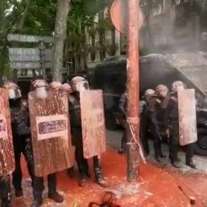 Cargas policiales y lanzamiento de pintura contra los mossos durante el desahucio de una vivienda en Barcelona con la CUP presente