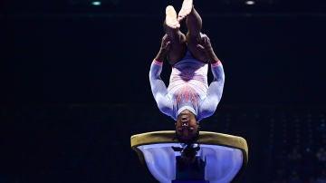 Simone Biles efectuando el 'Yurchenko Double Pike' en el 'US Classics Gymnastics'