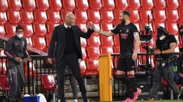 Zinedine Zidane y Karim Benzema, en el estadio Nuevo Los Cármenes.