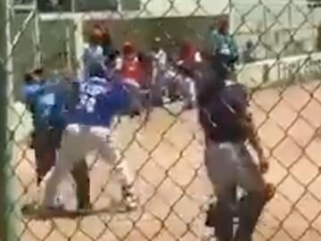 Elvis Lebron golpea al árbitro tras ser expulsado