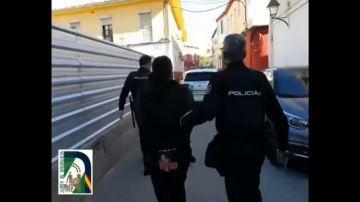 Un niño de 9 años se escapa de casa para denunciar los abusos de su padre a su hermanastra