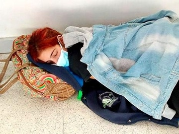 Lara, de 22 años, esperando a ser atendida en el hospital