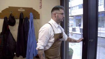 Un trabajador de 'Carlos Conde' abandona la peluquería tras discutir con su compañero delante del jefe infiltrado