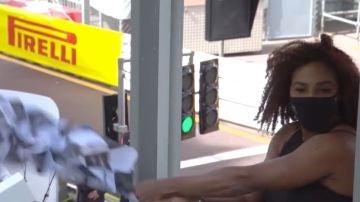 Serena Wlliams ondea la bandera a cuadros en el Gran Premio de Mónaco