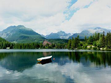 Štrbské Pleso. Lago Glaciar. Eslovaquia