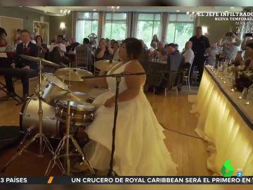 Una novia sorprende a los invitados a su boda con una increíble actuación a la batería