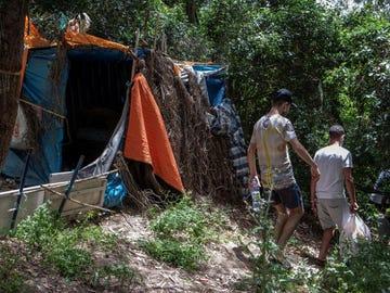Un grupo de jóvenes migrantes lleva días viviendo en los montes de Ceuta.