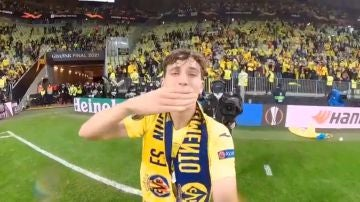 Pau Torres lanza un beso a Fernando Roig en la celebración de la UEFA Europa League