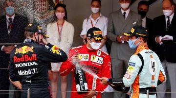 Carlos Sainz, Lando Norris y Max Verstappen en el podio de Mónaco