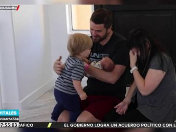 La emoción de un niño de dos años al conocer a su hermano recién nacido