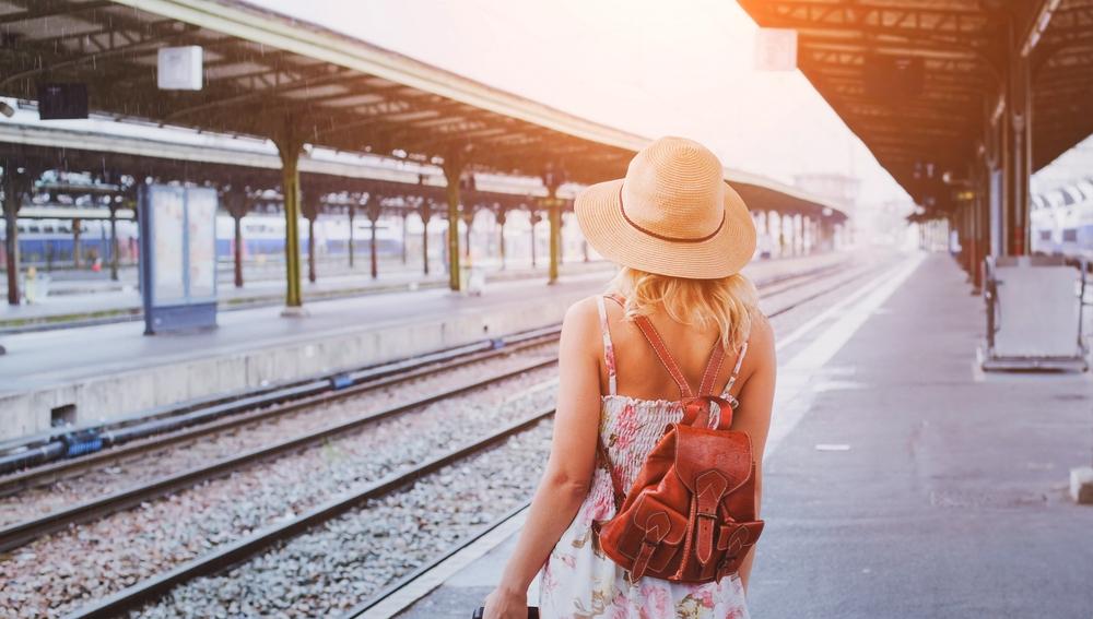 Viajera esperando el tren