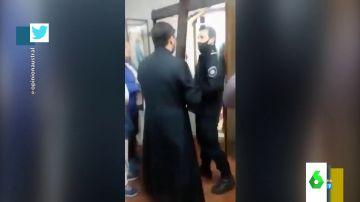 """Un cura expulsa a la policía de su iglesia crucifijo en mano: """"En nombre de Cristo, fuera de la casa de Dios"""""""