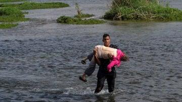 Sobrecogedora imagen de una mujer venezolana de 80 años que cruzó el Río Bravo en los brazos de un joven